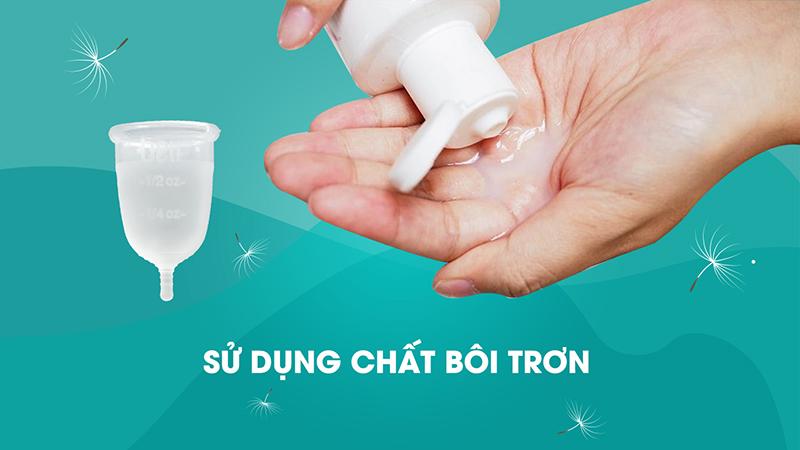 Sử dụng chất bôi trơn để dễ đưa cốc vào trong âm đạo